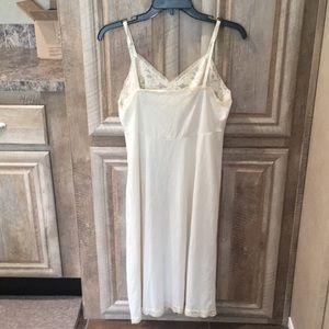 Pretty Pre-Owned Dressy Slip (Women's Size 36L)